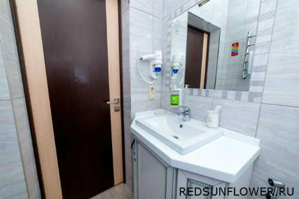Умывальник с зеркалом в ванной комнате номера «Премиум»