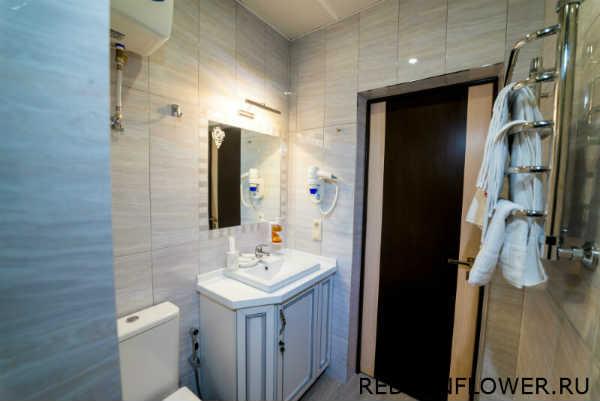 Сушилка и полотенца в ванной комнате номера «Комфортуличшенный»