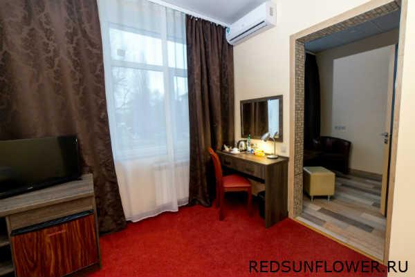 Рабочая зона с зеркалом в номере гостиницы