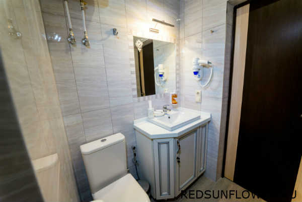 Интерьер ванной комнаты номера «Комфортуличшенный»