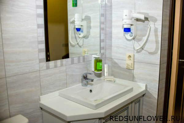 Туалетные пренадлежности ,фен и умывальник номера «Комфортуличшенный»
