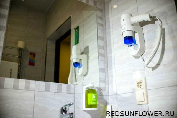 Зеркало над умывальником в ванной комнате номера «Комфортуличшенный»