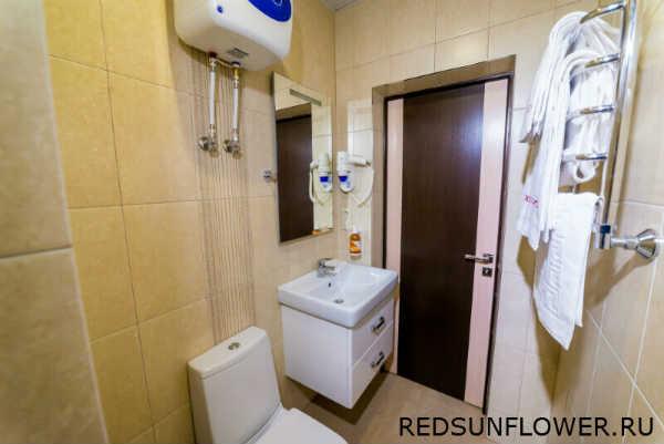 Душевая кабина в ванной гостиничного номера «Стандартдвухместный»