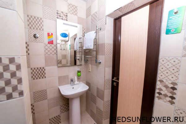 Умывальник с зеркалом в гостиничном номере «Стандартодноместный»