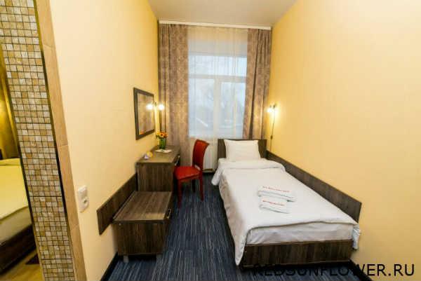 Спальное место и рабочая зона гостиничного номера «Стандартодноместный»