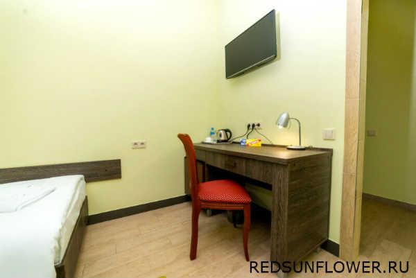 Стол со стулом в гостиничном номере «Стандартодноместный»